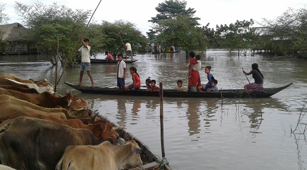 People moving to highland at Naryanpur, Lakhimpur on Monday. Photo by UB Photos.