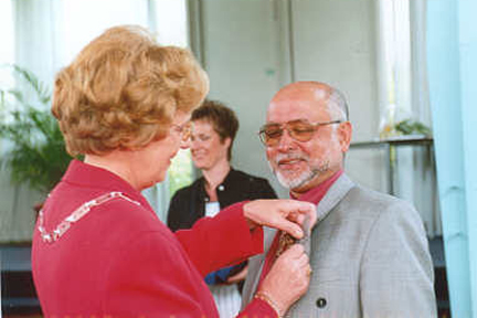 Saleh with the mayor of Berkel en Rodenrijs receiving his royal award