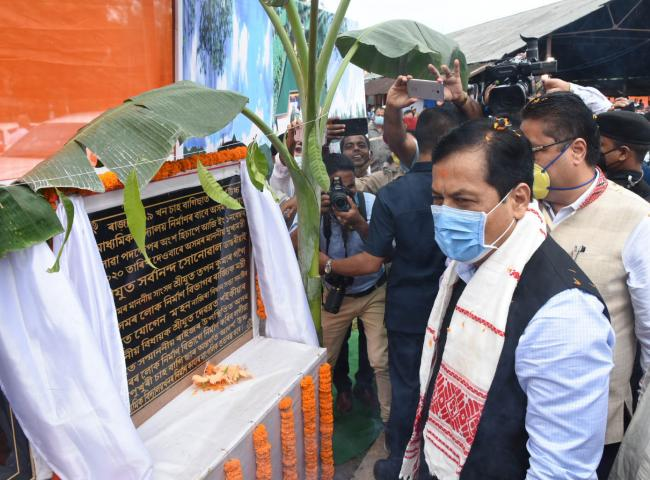Chief Minister Sarbananda Sonowal laying the foundation stone of 119 model high schools at tea gardens in the state at a programme held at Mekipur and Bamunpukhuri Tea Gardens in Nazira on 01-11-2020. Pix by UB Photos