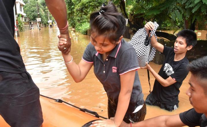SDRF personnel rescue stranded people of Anil Nagar on 07-07-16. Pix by UB Photos
